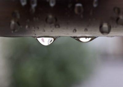 屋根の雨粒